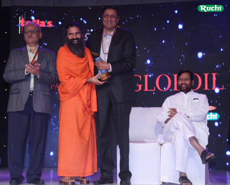 Mr. Satendra Aggarwal, COO - Ruchi Soya Industries Limited receiving the Globoil 2017 award from Yogishri Swami Ramdev and Shri Ram Vilas Paswan, Cabinet Minster