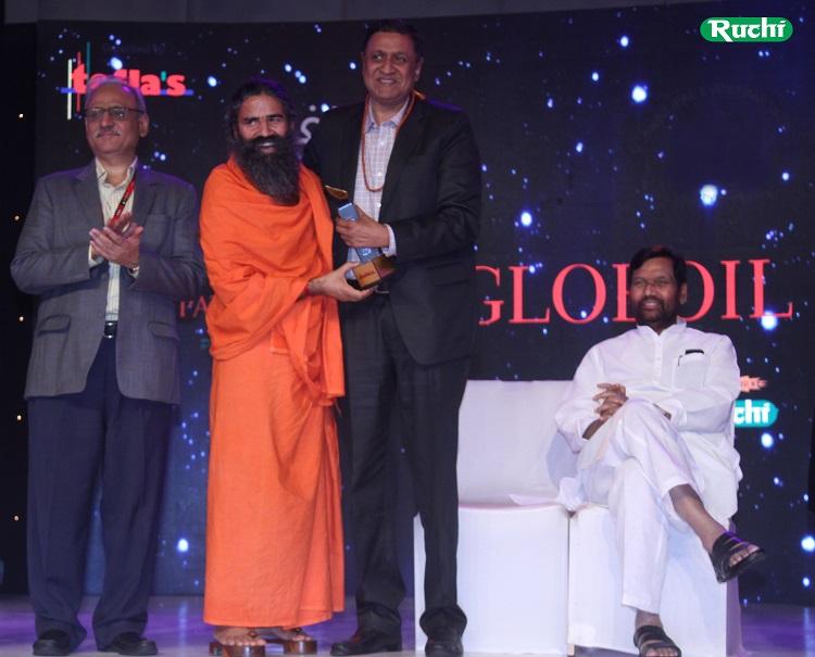 Mr. Satendra Aggarwal, COO - Ruchi Soya Industries Limited receiving the Globoil 2017 award from Yogishri Swami Ramdev and Shri Ram Vilas Paswan, Cabinet Minster