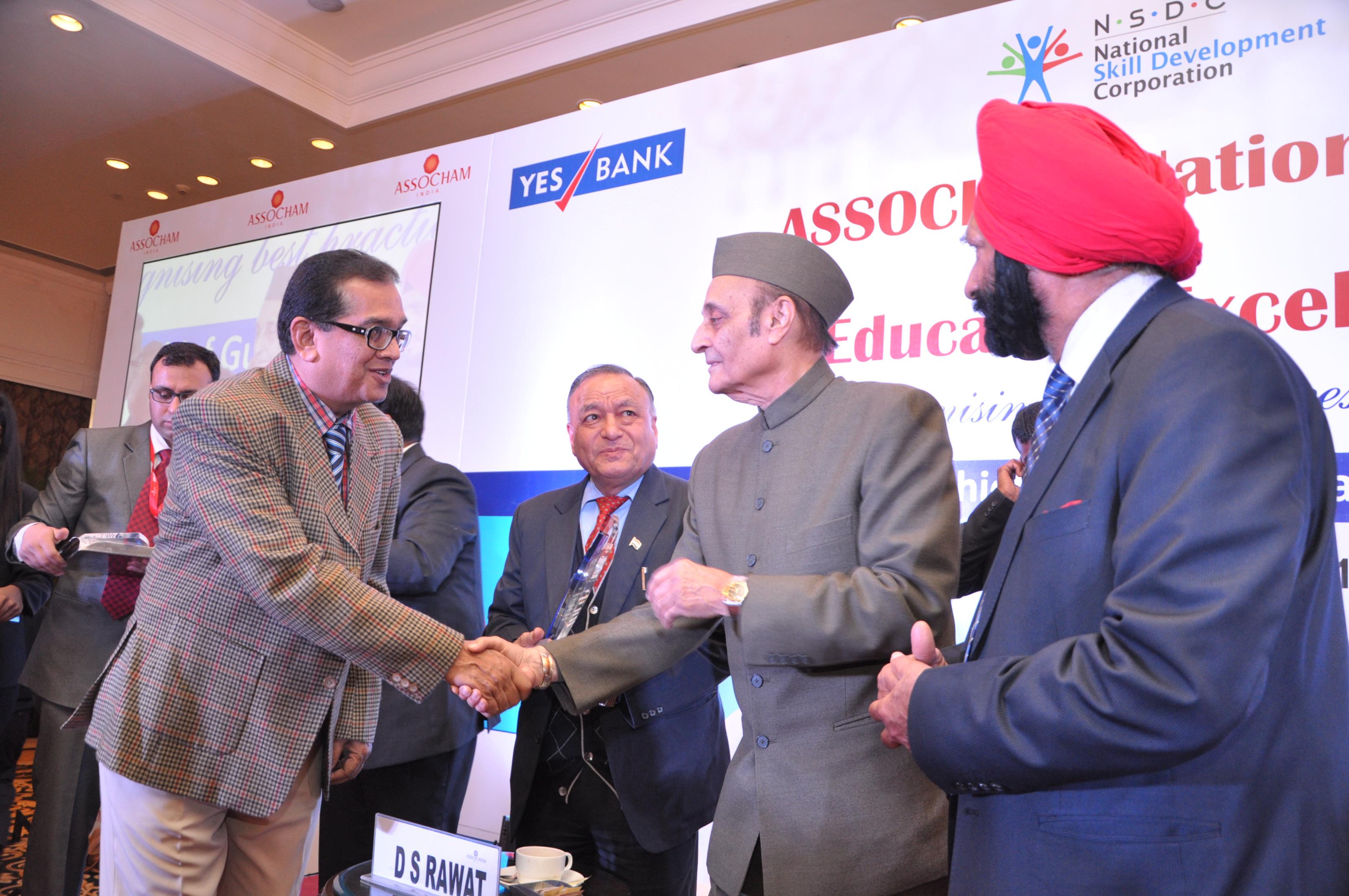 Dr. Shivaramakrishnan reciving the ASSOCHAM Award from Rajya Sabha MP, Dr. Karan Singh
