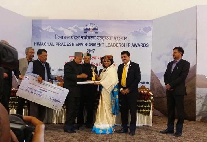 Dr. Madhu Chitkara, Pro-Chancellor at Chitkara University receives HP Environment Leadership Award 2017 from Shri Virbhadra Singh, Honorable  Chief Minister of Himachal Pradesh.