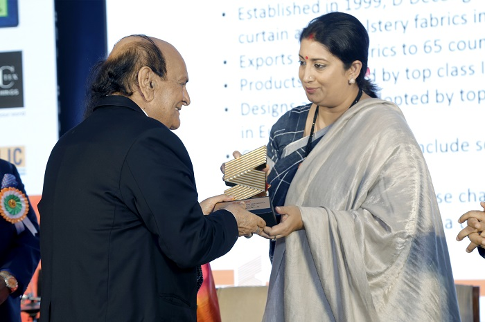 Mr. V K Arora, Chairman, D'Decor receives an award from Smriti Irani, Hon'ble Union Minister of Textiles and Information & Broadcasting at the Export Awards by SRTEPC
