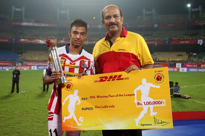 Mr. R.S. Subramanian, Country Manager, DHL Express India, felicitates the winner of the 'DHL Winning Pass of the League' Award at the Hero Indian Super League (ISL) 2016