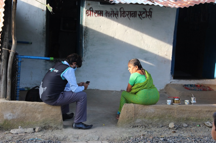 Village: Mirzapur, Tal: Lakhimpur, Kheri, UP | Anaxee' Digital Runner interacting with local citizens, explaining benefits of Covid Vaccination under Project Swaraksha