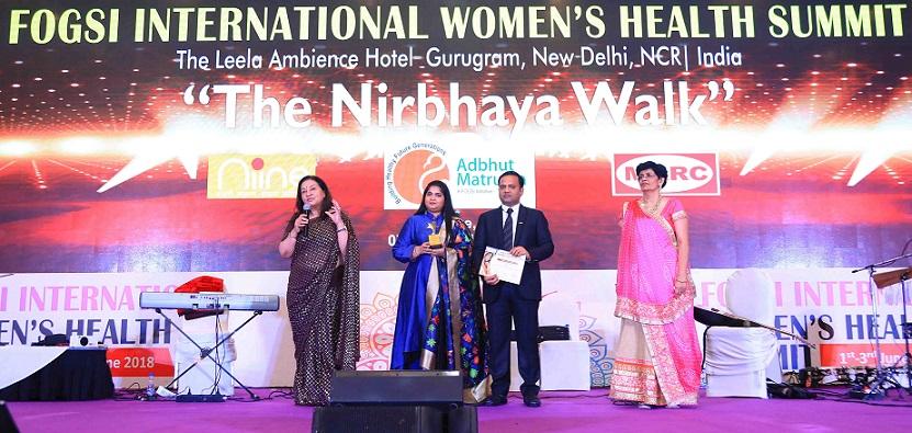 Dr. Jaideep Malhotra, President of FOGSI presents Payal and Amar Tulsiyan with the Partner in Health Award