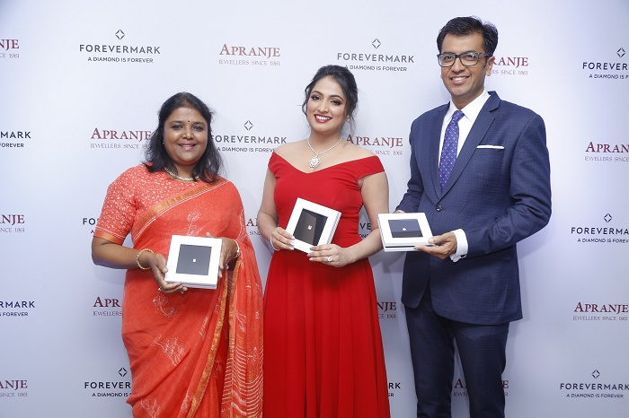 Ambika Narayan, Director, Apranje Jewellers, filmstar Haripriya and Sachin Jain, President, Forevermark launch the exclusive preview of the Diamond Showcase at Apranje Jewellers, Bangalore