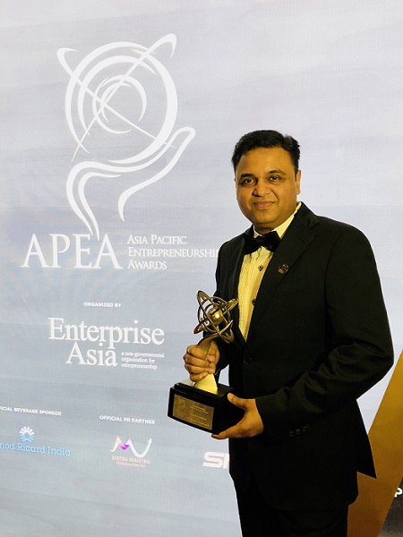 Anurag Choudhary, CEO, Himadri Speciality Chemical Ltd with the Asia Pacific Entrepreneurship Award at New Delhi