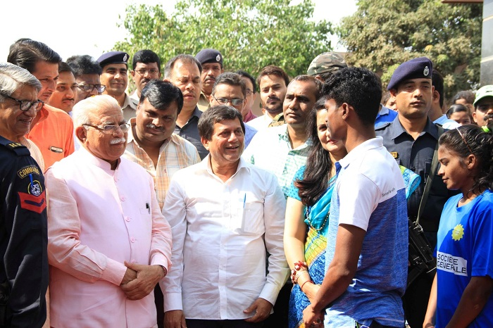 <b>Shri Manohar Lal Khattar, Chief Minister of Haryana interacting with KISS achievers</b>&#8220;></p> <tr> <td width=