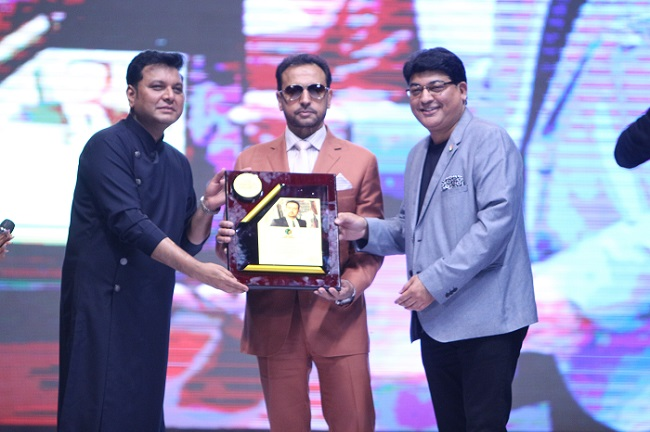 From Left to right: R.C. Dalal, Executive Director, JD Institute of Fashion Technology with the renowed Actor Mr. Gulshan Grover, at The Fashion Awards 2017