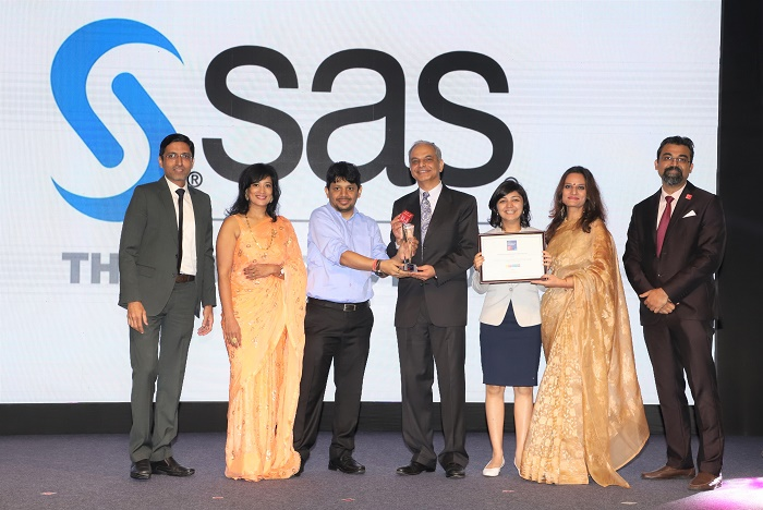 Moti Thadani, Head – Research and Development, SAS R&D India & Soumi Alphons, Head – HR receiving the award