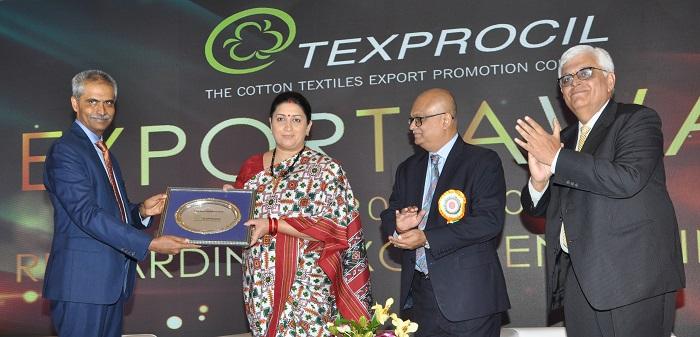 Seen in the picture, Dr. K V Srinivasan, Chairman - TEXPROCIL felicitating the Textile Minister. Left to right, Dr. K V Srinivasan, Smt. Smriti Zubin Irani, Textile Minister, Shri Manoj Kumar Patodia, Vice Chairman – TEXPROCIL and Shri Siddhartha Rajagopal, Executive Director – TEXPROCIL