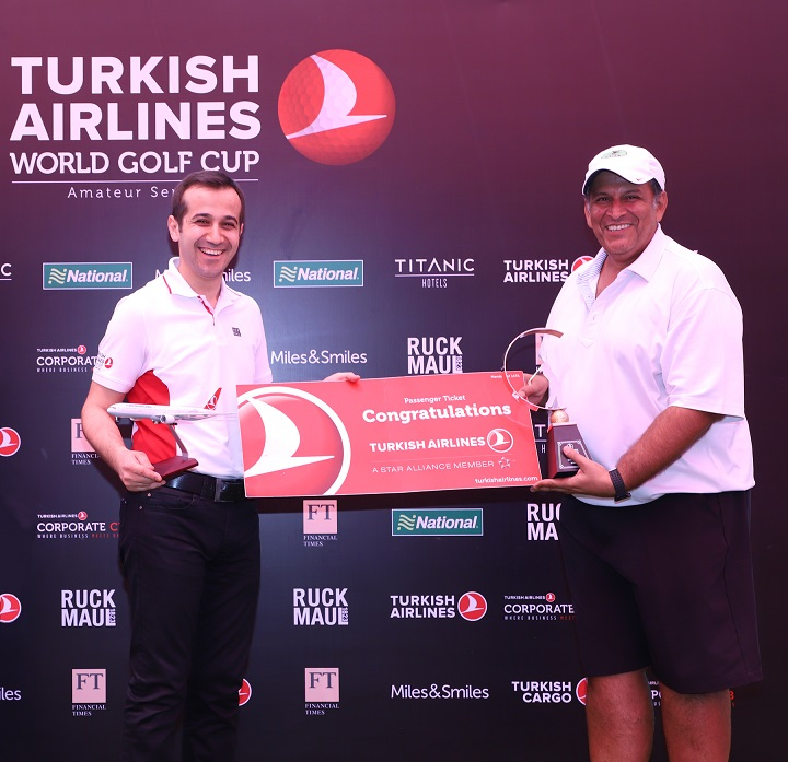 Mr. Ibrahim Hakki Guntay ,General Manager, West & South India, Turkish Airlines felicitates Mr. Ajay Thapar (Director , Aspher Foods Pvt Ltd ) - The Turkish Airlines World Golf Cup 2018, Mumbai winner