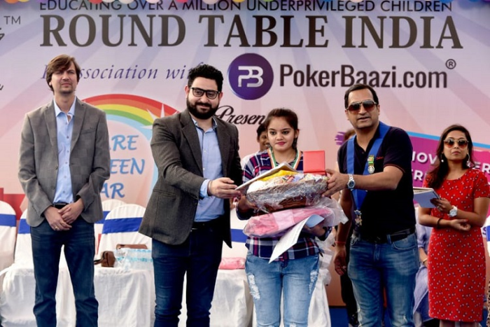 Varun Ganjoo, Marketing Director, PokerBaazi.com felicitating the winners of Taare Zameen Par event
