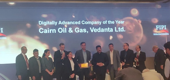 Anand Laxshmivarahan R (sixth from left) CDO Cairn Oil  Gas Vedanta Ltd. receiving award from Dharmendra Pradhan (seventh from left) Minister of Petroleum