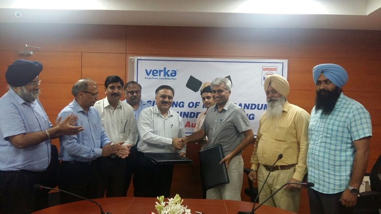 Mr. Manjit Brar, MD MILKFED and Mr. Subodh Batra, Chief General Manager, HPCL North zone after signing the MoU