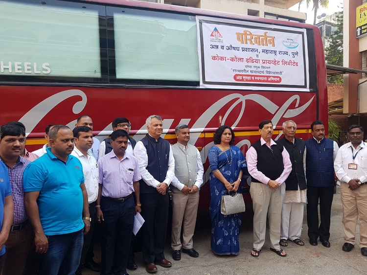 Dr. Pallavi Darade, Commissioner Maharashtra FDA, and Shri Girish Bapat, Cabinet Minister for Food, Civil Supplies and Consumer Protection, Food and Drugs Administration and Parliamentary Affairs, at the launch of the pilot project by FSSAI, Maharashtra Food and Drug Administration (FDA) and Coca-Cola India to train street food vendors in Pune