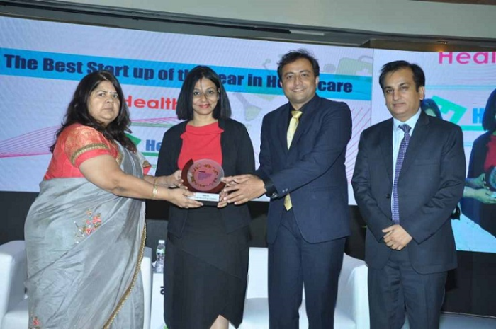(L to R) Smt. Vidya Thakur, Minister of State for Women and Child Development, Food and Civil Supplies, Consumer Protection, Food & Drugs Administration presenting an award to Mr. Parvaiz Hussain, CEO, HealthFin & Dr. Sonia Basu, Chief Operating Officer, HealthFin at the Navbharat Healthcare summit & Awards