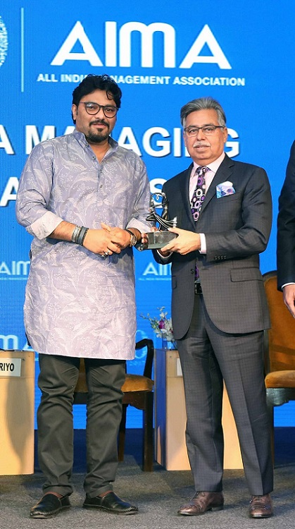 <b>Mr. Pawan Munjal, CMD &#038; CEO, Hero MotoCorp, receiving the Indian MNC of the Year Award, bestowed on Hero MotoCorp, from Union Minister Babul Supriyo at the AIMA Awards in New Delhi</b>&#8220;></td> </tr> <tr> <td width=