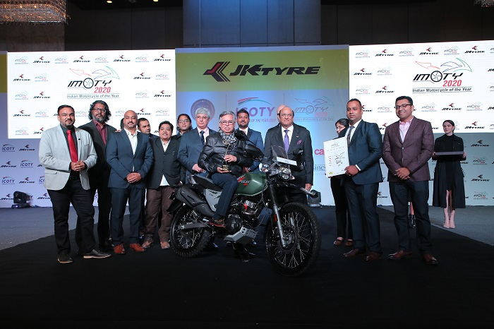 Dr. Raghupati Singhania, CMD, JK Tyre & Industries presenting the 'The Indian Motorcycle of the Year 2020' to Dr. Pawan Munjal, Chairman, Hero MotoCorp Ltd. for the 'Hero Expulse 200' in presence of the jury members in Delhi