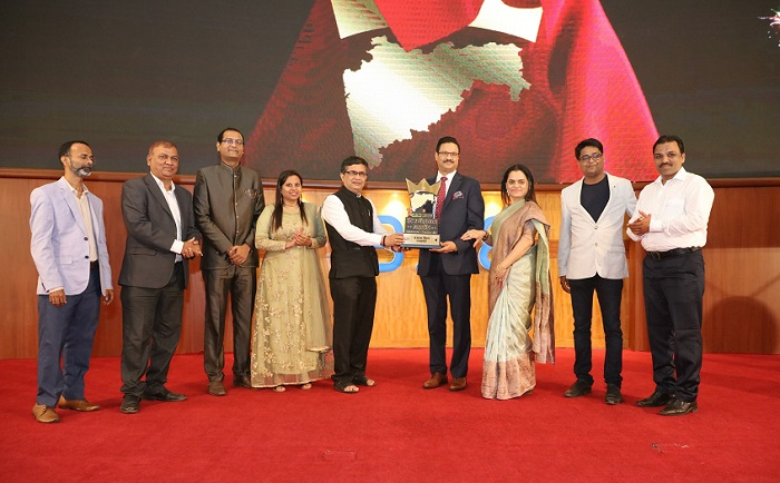 "Masala King Dr. Dhananjay Datar and Vandana Datar were honoured with International MahaBrand by Arthsanket in ""Maharashtra Cha Lokpriya Brand"" at a function held at BSE"