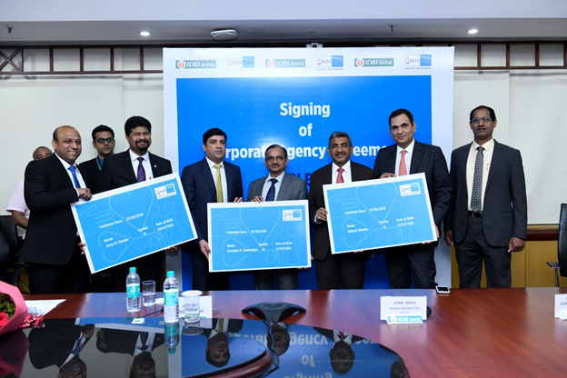 From Right - Mr. Ashish Mehrotra, MD & CEO, Max Bupa on second left and Shri Rakesh Sharma, MD & CEO, IDBI Bank on third left respectively, along with senior leadership team at the Max Bupa IDBI partnership event